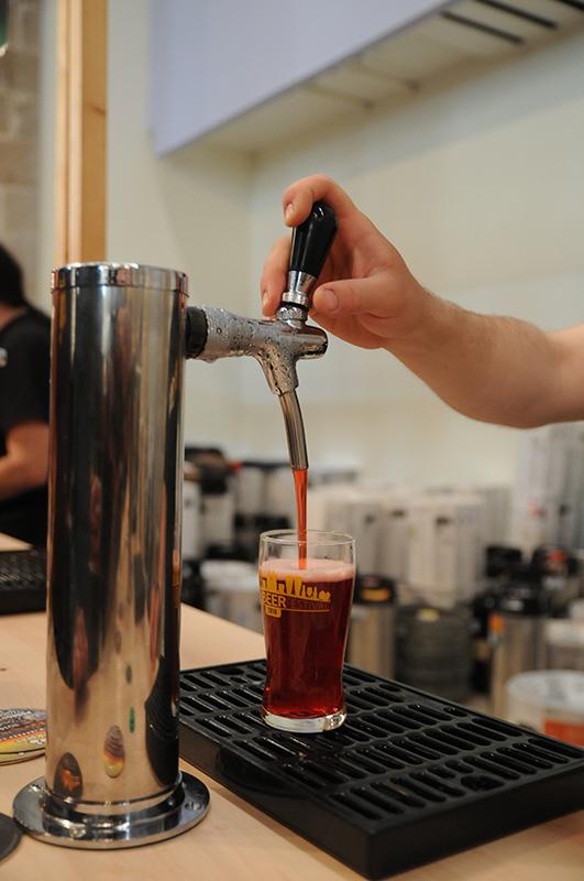Tirador de cerveza con copa de cerveza artesana