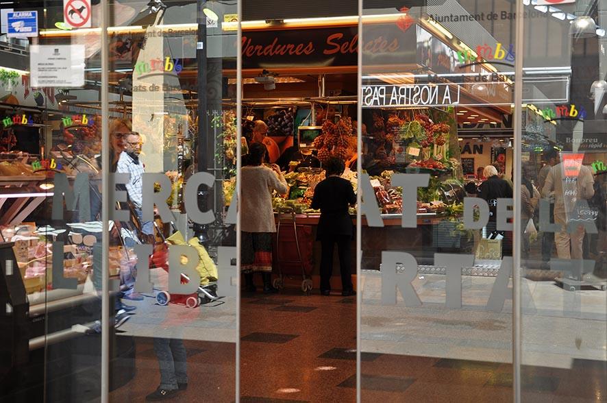 En el Mercado de la Llibertat de Barcelona se pueden comer tapas tradicionales y platos de pescado fresco