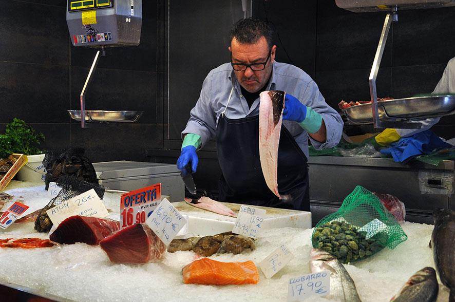 Los pescaderos del Mercado de la Llibertat de Barcelona empiezan la jornada a las cuatro de la mañana