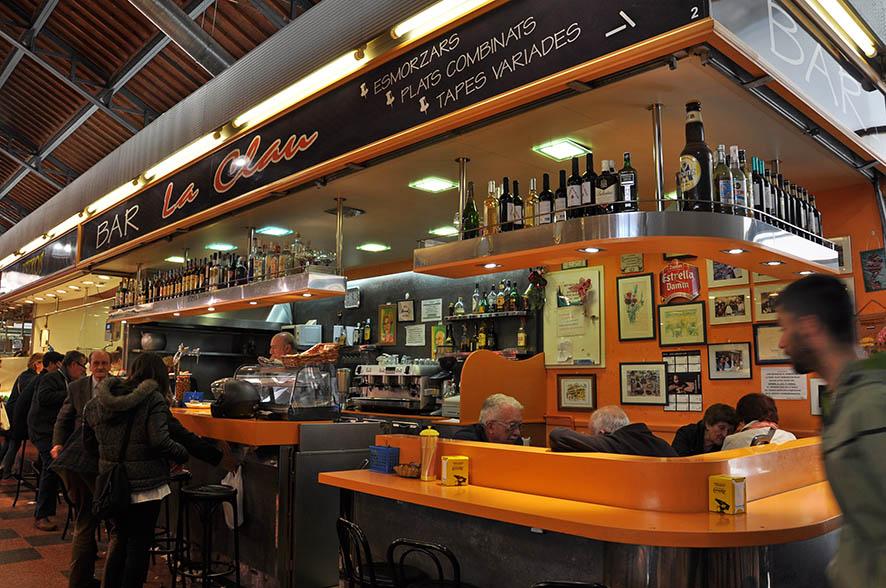 Las tapas de callos son la especialidad del bar La Clau del Mercado de la Llibertat de Barcelona, venden cuatro kilos diarios