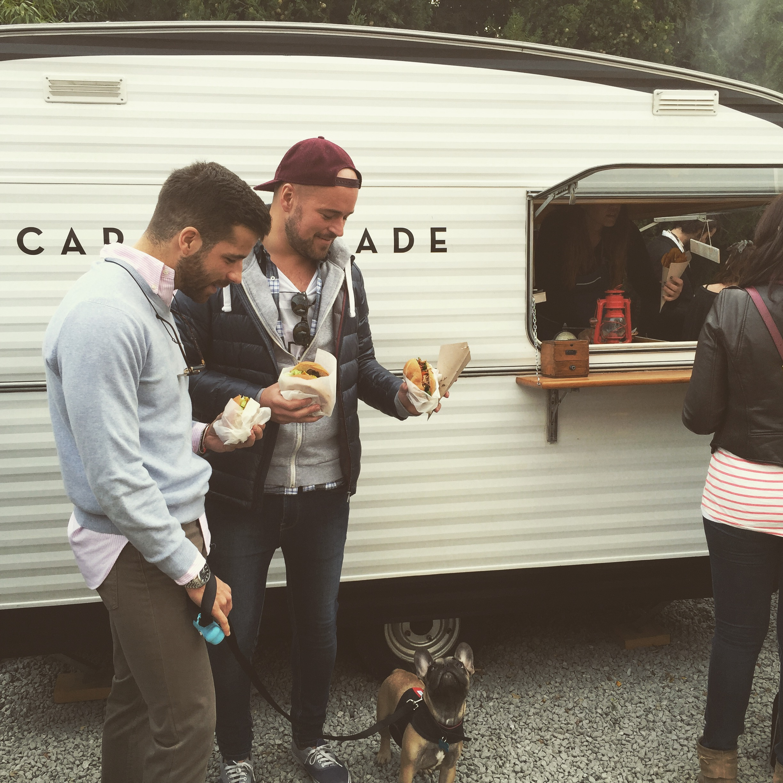 Gente delante del food truck de Caravan Made en Palo Alto Market